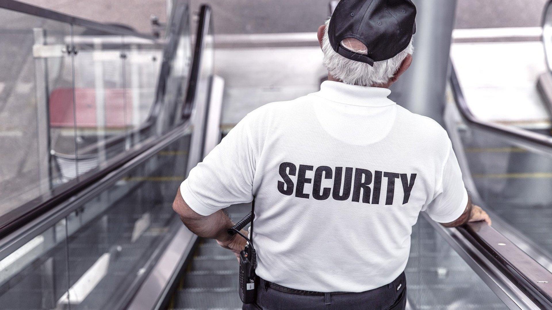 Un agent de sécurité doit procéder à plusieurs contrôles